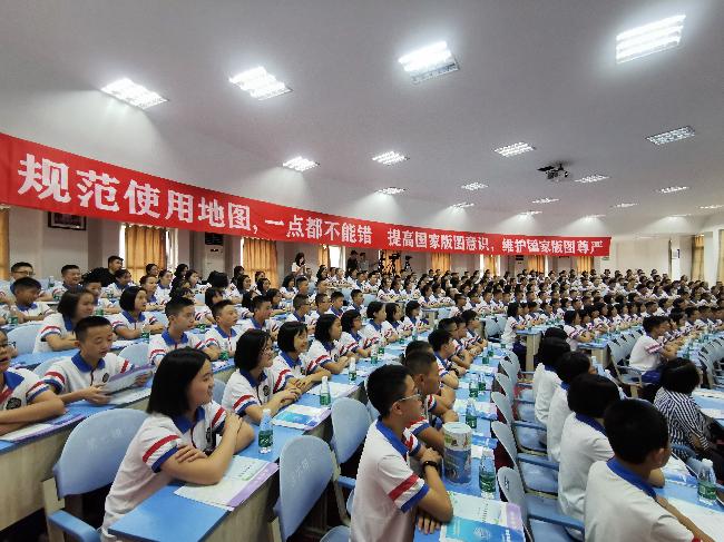 都江堰市七一聚源中学学生认真听讲座