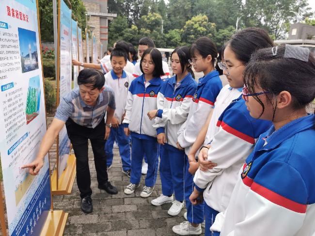 工作人员现场为都江堰七一聚源中学学生讲解国家版图知识