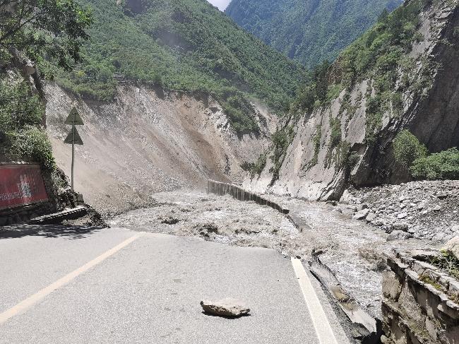 6月19日,道路被泥石流冲断 - 赵桢